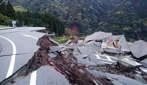 熊本地震で寸断された熊本県南阿蘇村の道路
