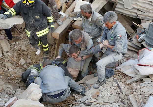 イタリア消防隊が生き埋めになっていた男性を救助した瞬間