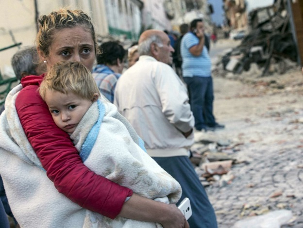 倒壊した建物をみるお母さんと赤ちゃん