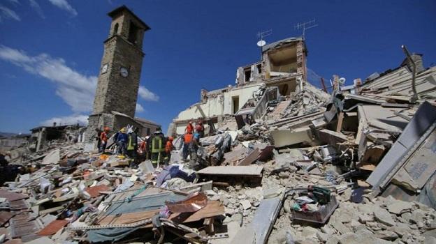 イタリア中部地震の被災地で捜索活動する救助隊