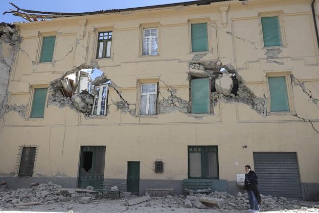 イタリア中部地震で全壊した建物の窓からは青空が見える