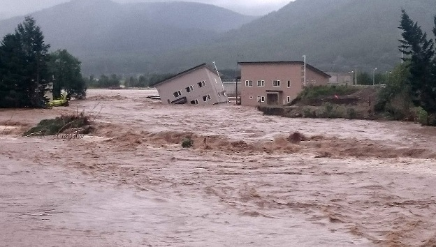 北海道では台風10号の大雨の影響で空知川が決壊