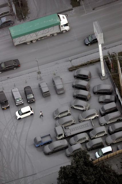 阿蘇山からの降灰の影響で火山灰まみれになった自動車(熊本県阿蘇市)の写真