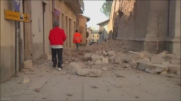 イタリア中部地震で倒壊した建物が道路を塞いでいる