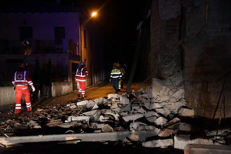 イタリア中部ビッソで活動する救助隊員の画像