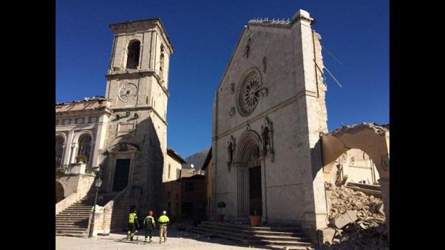 崩壊したイタリア中部地震で倒壊したイタリア中部にある街ノルチャのキリスト教会
