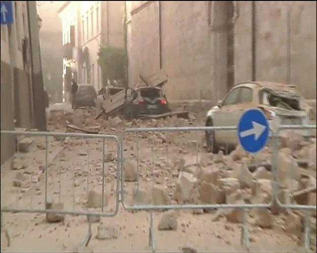 イタリア中部地震で落ちてきたレンガで大破した自動車達