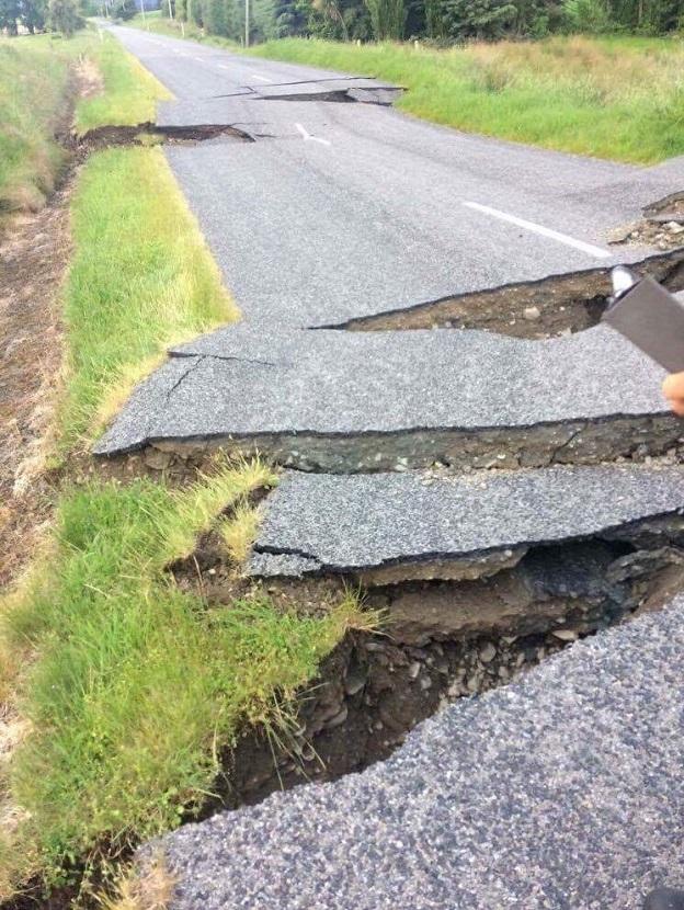 ニュージーランド地震によって分断された道路2
