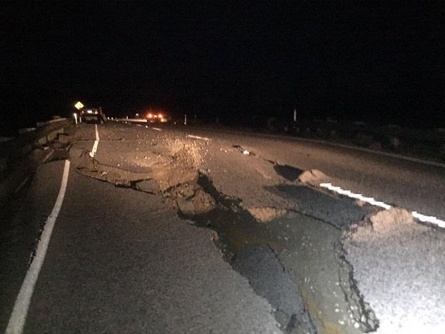 ニュージーランド地震によって分断された道路