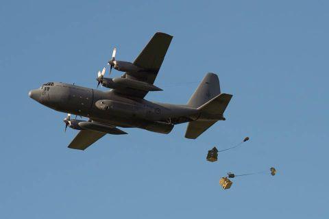 ニュージーランド空軍による避難者支援物資の空輸