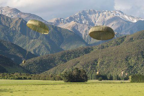ニュージーランド空軍は避難者支援物資をパラシュートで被災地に投下した