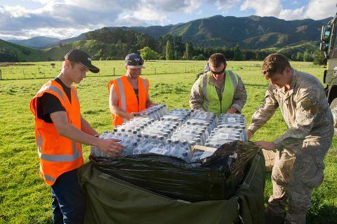 ニュージーランド空軍が投下した避難者支援物資(ペットボトルの水など)の画像