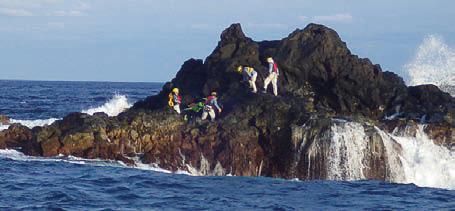 ベヨネース列岩に一等三角点を設置する国土地理院の職員