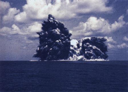 1952年9月23日に撮影のベヨネース列岩近くの明神礁の画像