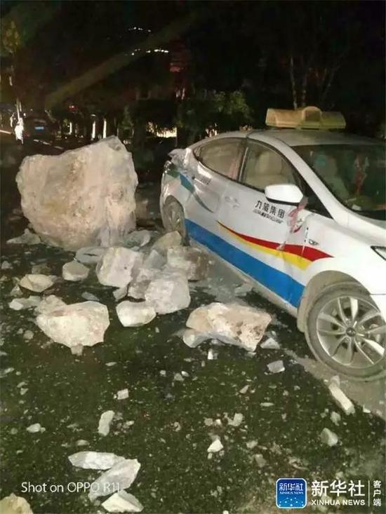 四川省九寨溝の地震の落石で破壊された自動車