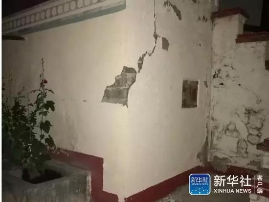 四川省九寨溝の地震で外壁の剥がれた家