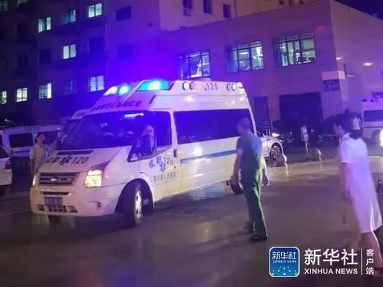 九寨溝地震のケガ人を運ぶ救急車