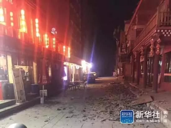 中国の四川省で起きた九寨溝地震によって建物が崩れ道路に瓦礫が散乱