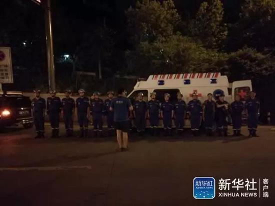 四川省で起きた九寨溝地震の救助へ向かう救助隊