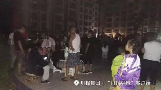 九寨溝地震の余震への不安からホテルの外で夜明けを待つ被災した旅行者達