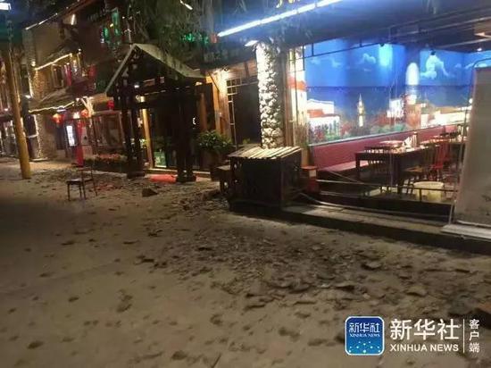 九寨溝地震によって道路にはがれきが散乱している