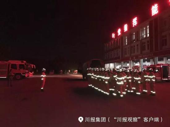 深夜に九寨溝地震の救助へ向かう消防隊員