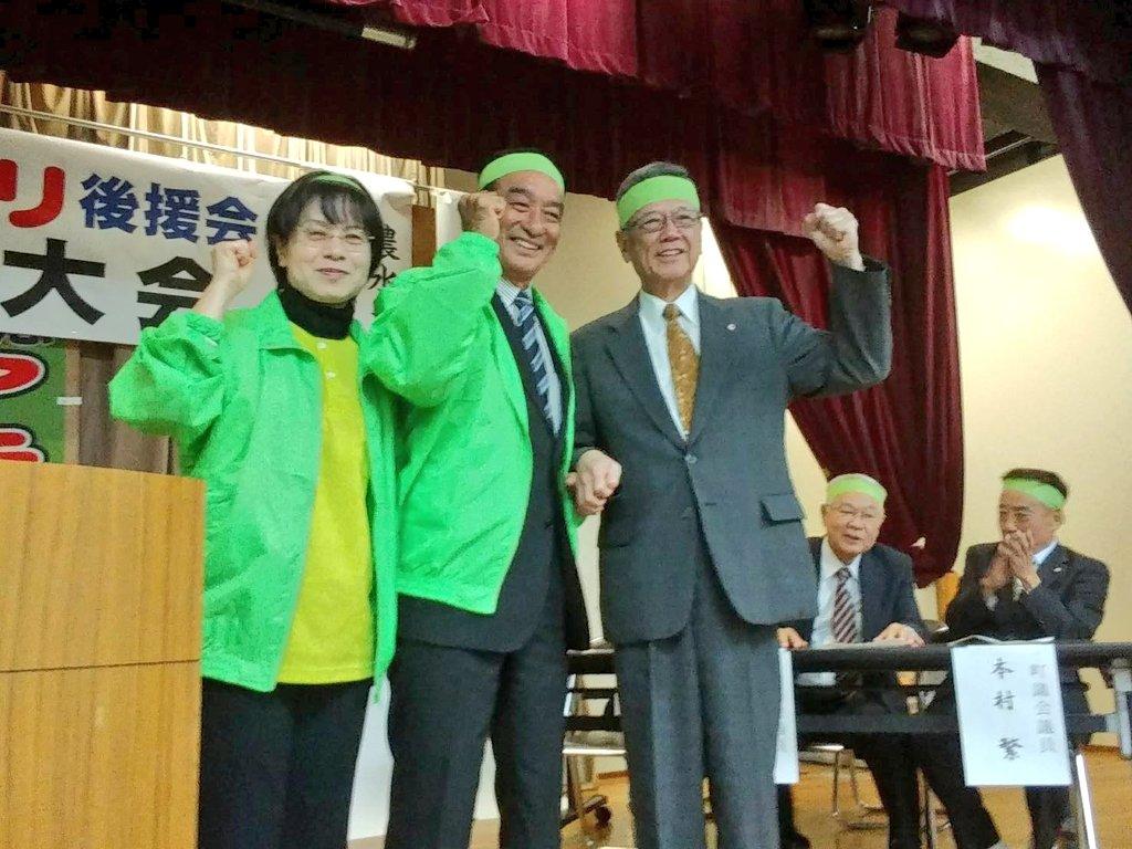 沖縄県知事の翁長雄志さんと八重瀬町長の候補者の知念アキノリさん