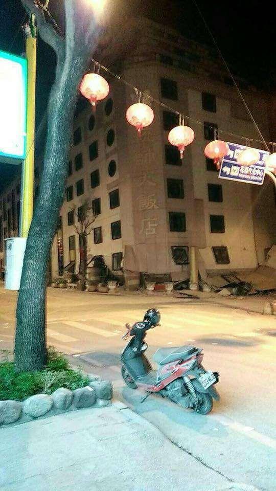 花蓮県花蓮市で台湾地震で1階部分が潰れたホテル「統帥大飯店」の写真