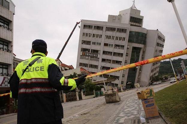 花蓮地震で下の階が潰れてしまったビルの画像