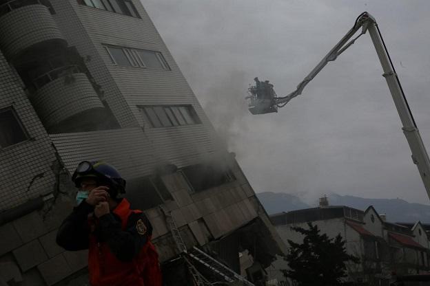 花蓮地震で倒壊寸前のビルへ救助に向かう救急隊員