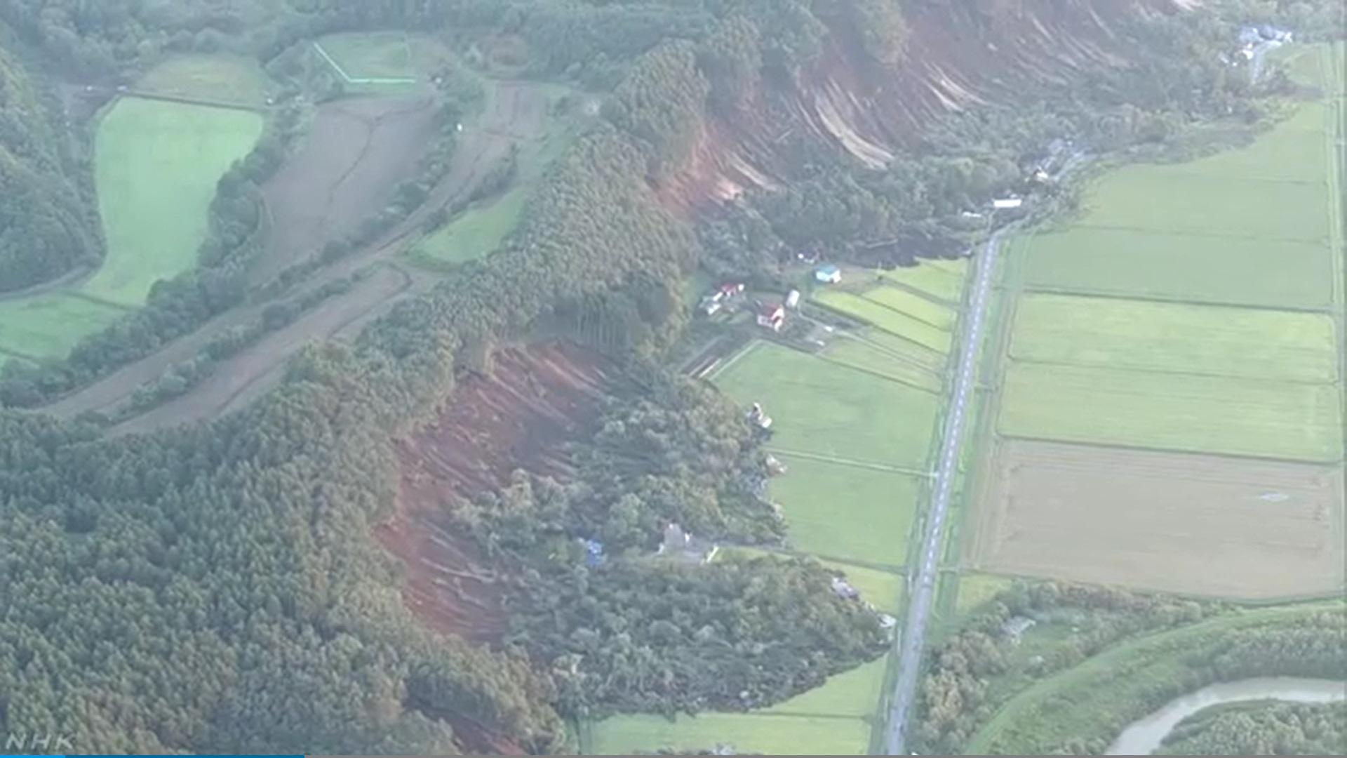 北海道の厚真町で大規模な土砂崩れの上空からの画像